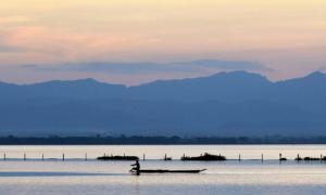 Lago Phayao durante una puesta de sol