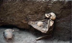 portada- Mujer abrazando a un niño, Museo de las Ruinas de Lajia. EuroPics / CEN