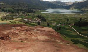 excavadoras que despejan el terreno en Chinchero, Perú, para la construcción de un nuevo aeropuerto internacional cerca de Machu Picchu. Fuente: Jorge De La Quintana / Fair Use.