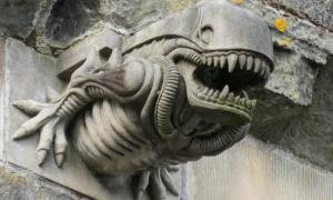 la gárgola alienígena de la abadía de Paisley (la imagen había sido recortada). Fuente: Colin / CC BY-SA 2.0