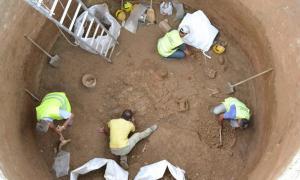 Arqueólogos trabajando en una de las 8 excavaciones en el área de descubrimiento del acueducto del Puerto del Pireo. Fuente: Agencia de Noticias Atenas-Macedonia
