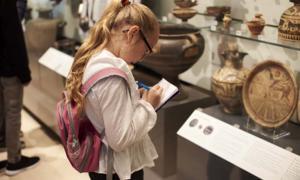 Estudiante estudiando artefactos en un museo. Crédito: Monkey Business / Adobe Stock