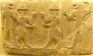 Seres sobrenaturales como los hombres-toro híbridos Kusarikku, que se muestran aquí en el medio, aparecen en antiguas canciones de cuna mesopotámicas. Permanecen amables hasta que les molesta, en este caso, el llanto de un bebé