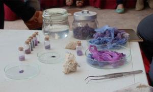 Mohamed Ghassen Nouira con fragmentos textiles hechos con su antiguo tinte púrpura con caracoles marinos Murex de Túnez. Fuente: Mohamed Ghassen Nouira