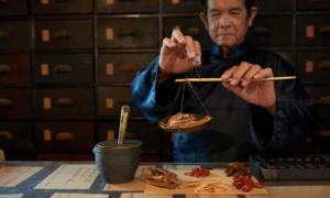 Un hombre practicando medicina china tradicional (MTC). TCM incluye algunos remedios antiguos que pueden tratar enfermedades de manera efectiva. Fuente: DragonImages / Adobe Stock
