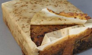 Encontrado entre casi 1.500 artefactos conservados de un grupo de edificios en Cape Adare, este pastel de frutas antártico hecho por Huntley & Palmers fue descubierto envuelto en papel dentro de los restos oxidados de su lata original. Probablemente lo dejó la expedición Terra Nova de Scott.