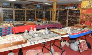 Artefactos de cerámica y metal.