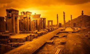 Ruinas de la antigua Persépolis, Irán, con las columnas del Salón Apadana a la derecha. Fuente: pawopa3336/ Adobe Stock.