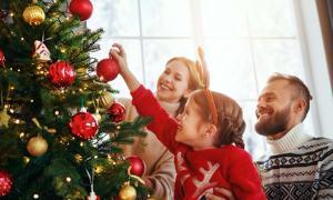 Árbol de Navidad decorado moderno Fuente: JenkoAtaman/ Adobe Stock