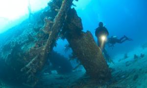 Investigadores estudian un cementerio de barcos descubierto en el Mar Negro. Fuente: Paul Vinten / Adobe Stock.