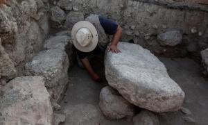Mesa de piedra donde el Arca de la Alianza pudo haberse sentado una vez. Fuente: Dr. Zvi Lederman