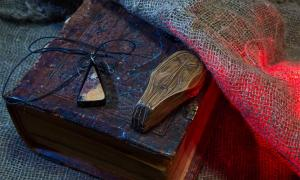 El concepto de magia, ocultismo y protección de los demonios en la vida cotidiana reside en el corazón de lo que los amuletos de Arslan Tash proporcionaron a los antiguos pueblos fenicio y asirio.