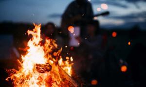 grupo cristiano quema objects objetos satánicos 'en la hoguera. Crédito: Andris / Adobe Stock
