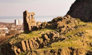 : las ruinas medievales de la Capilla de San Antonio, en Hollyrood Park, la única estructura en Arthur's Seat hasta que se descubrió el antiguo fuerte de Edimburgo en las cercanías. (Historic Environment Scotland)