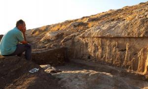 El líder de la excavación, la arqueóloga Daniele Morandi Bonacossi, y una de las tallas de socorro asirias desenterradas en la región del norte de Kurdistán en Irak. Fuente: Alberto Savioli / Proyecto Arqueológico de la Tierra de Nínive / Universidad de Udine