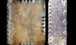 Un códice auténtico, a la izquierda, a diferencia de una falsificación moderna, a la derecha, que es tosco en comparación y traiciona todas las características de la fabricación moderna: no la pátina desigual, que obviamente se aplica y no se acumula por la edad.