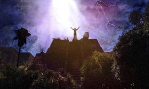 El hombre invoca a los dioses sobre la pirámide azteca. PauDelacó / Adobe Stock