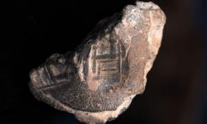 El sello del sello encontrado en la excavación de un estacionamiento en Jerusalén representa a una persona que se cree que es un rey sentado en una silla, con columnas que probablemente representan a los dioses babilónicos Nabu y Marduk. Los hallazgos pueden proporcionar pistas sobre el reasentamiento de la ciudad por parte de los judíos después del exilio en Babilonia. Fuente: (Shai Halevy / Autoridad de Antigüedades de Israel)