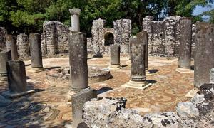 Vista del baptisterio de la antigua ciudad de Butrint, Albania.