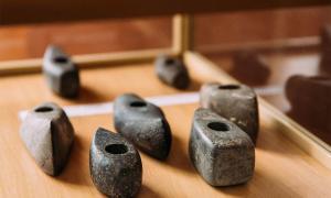 Poco se sabe sobre la cultura del Hacha de batalla del Neolítico Edad, pero los arqueólogos y académicos continúan aplicando nuevas tecnologías para reconstruir una imagen más completa. (Imagen, Ejes de piedra en el Museo de Historia Local de Turov). Fuente: Grigory Bruev