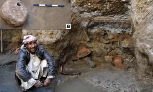 Contrapeso de yeso del relleno de arena del pozo Berenike y fragmentos de ánfora encontrados en el nicho suroeste del pozo.
