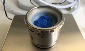 Pigmento azul egipcio: los investigadores obtuvieron las nanocapas de este polvo. (Universidad de Gotinga)