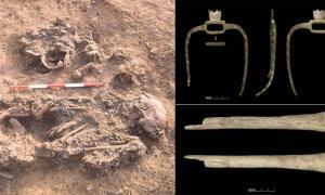 Los rituales de muerte de la Edad de Bronce a veces incluían restos curados, como este esqueleto que fue enterrado con cráneos y huesos largos de tres personas que habían muerto mucho antes.
