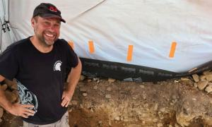Detector de metales Mariusz Stepien de pie donde se encontró el tesoro de la Edad del Bronce en Peebles, cerca de Edimburgo