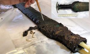 Empuñadura de la espada de bronce sin materiales de empuñadura.