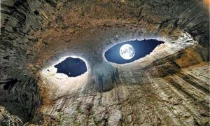 """""""Los ojos"""" en la cueva de Prohodna cerca de Karlukovo, Bulgaria."""