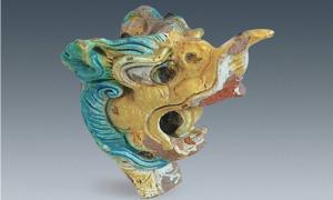Esta cabeza de dragón, desenterrada en Xanadú, se encontraba adosada al extremo de una viga.