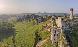 Los restos modernos del castillo de Olsztyn están fuertemente vinculados al gobierno de Casimiro el Grande. Fuente: Tomasz Warszewski / Adobe Stock