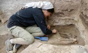 un investigador que está excavando un esqueleto adulto en el sitio neolítico de Catalhoyuk en Turquía. Fuente: Scott Haddow / Ohio State University