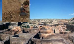 Principal: Çatalhöyük después de las primeras excavaciones de James Mellaart. Recuadro: Dr. Harabasz excavando algunos huesos. Fuente: Omar Hoftun / CC BY-SA 3.0 & Çatalhöyük Research Project / Jason Quinlan