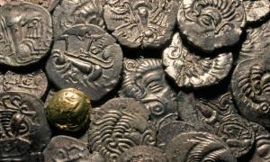 monedas romanas y celtas encontradas en el sitio de excavación en Jersey. Fuente: Jersey Heritage