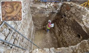 Principal: el sitio de excavación del pozo negro. Recuadro: el mosaico de la bestia mítica encontrada en el sitio. Fuente: MOLA