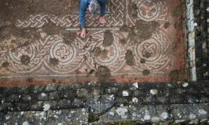 Un arqueólogo que trabaja en el mosaico de la villa romana de Chedworth que cambia de manera efectiva la visión de la historia posrromana en el Reino Unido a lo grande.