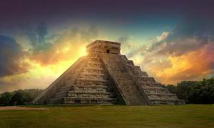 Pirámide Kukulkán, Chichén Itzá, México, sitio arqueológico maya. Fuente: IRStone/ Adobe Stock