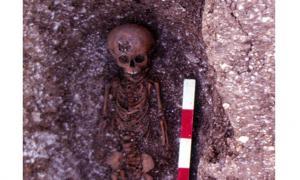 Imagen: Sepelio de un niño en una aldea abandonada llamada Hatch, la cual fue excavada en el invierno de 1984 y 1985.