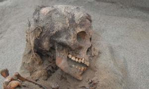 Sacrificio de cráneo de un niño en Huanchaquito-Las Llamas en Perú.