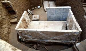 Al excavar una tumba china que data de la dinastía Sui en la provincia de Henan, en el centro de China, los arqueólogos descubrieron un lecho de ataúd de mármol blanco.