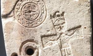 Primer plano de la parte frontal del molde de doble cara encontrado recientemente en Suiza. Fuente: Servicio Arqueológico de los Grisones