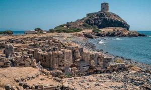 La atalaya de la península de Nora. Famoso sitio arqueológico cerca de Cagliari, Cerdeña, Italia