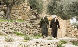 Dos discípulos vieron a Jesús después de su resurrección en el camino a Emaús. Fuente: icksanglee / Adobe Stock.