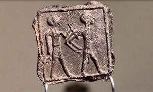 Placa de arcilla descubierta en Tell Jemmeh, Israel. Fuente: Emil Elgem / IAA.