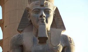 Trilogía estatua del rey Ramsés II, Ptah y Sekhmet. Museo Egipcio de El Cairo. Fuente: JMCC1 / CC BY-SA 3.0