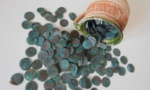 Moneda de principios del siglo XVIII escondida en una taza de cerámica. Fuente: KPÚ Košice