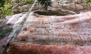 """Un """"mural"""" de arte colombiano de la Edad de Hielo junto a un acantilado, descubierto en 2019, ¡que simplemente deja atónitos a la mente por su tamaño y ubicación extrema!"""