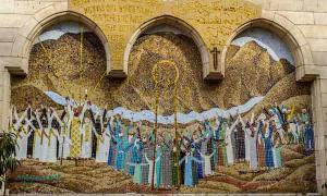 Murales de mosaico en la entrada de la Iglesia Copta Colgante en El Cairo, Egipto, una de las iglesias cristianas coptas más antiguas del país.