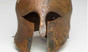 El casco corintio bien conservado que se encontró en el lecho marino del Mediterráneo en 2007, frente a la costa de Haifa, Israel.